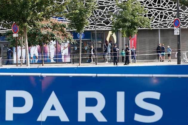 Visitantes também passam pelo entorno do estádio do PSG