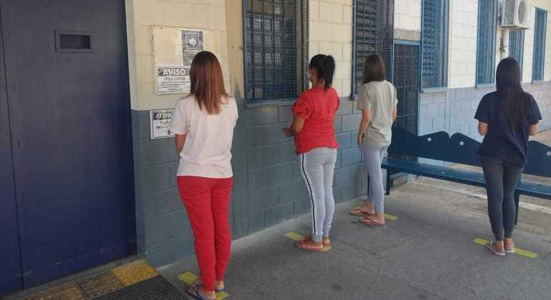 Mães e esposas se queixam de condições físicas de familiares presos durante a pandemia