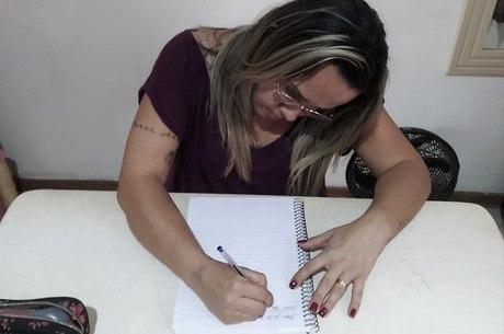 Entre vídeos e cartas, Gabriela mantém contato com o marido