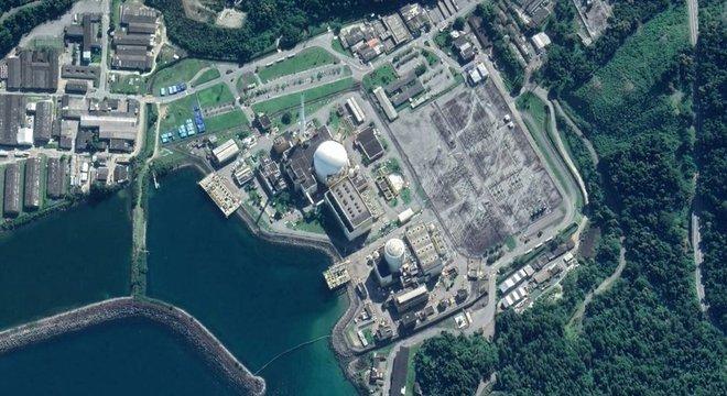 Earth Vista aérea das usinas de Angra 1 e Angra 2, envoltas pelo mar e floresta de Angra dos Reis