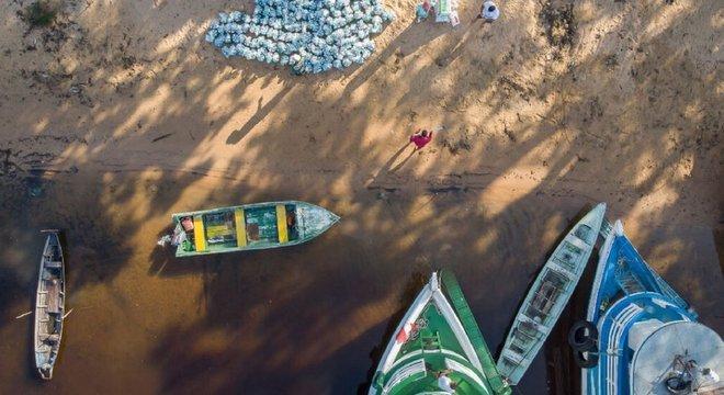 Para entregar kits de limpeza para comunidades no Rio Arapiuns, é preciso fazer a entrega de barco