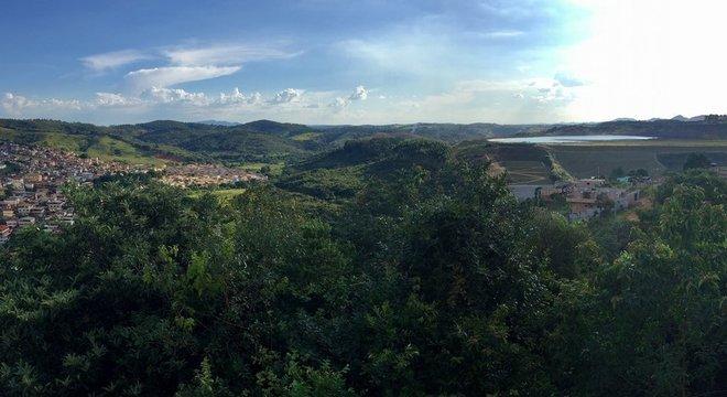 Vista de Congonhas ao lado da barragem