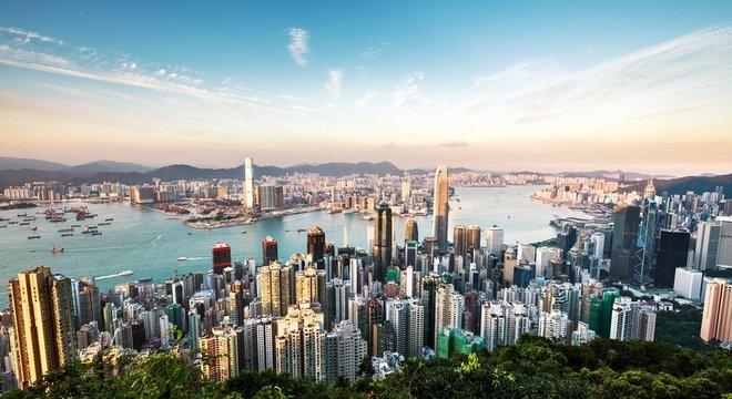 Diferente da China, dependente de matéria prima e produtos manufaturados, a economia Hong Kong tem como base o setor de serviços e finanças