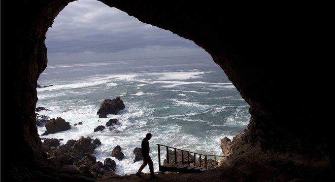A humanidade foi salva da extinção abrigando-se em cavernas (como esta em Pinnacle Point) ao longo de uma pequena faixa costeira na África do Sul?