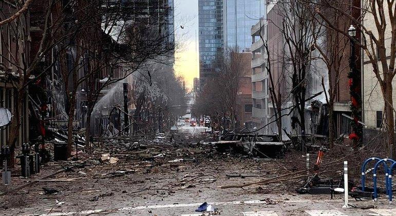 A poderosa explosão danificou edifícios e árvores derrubadas