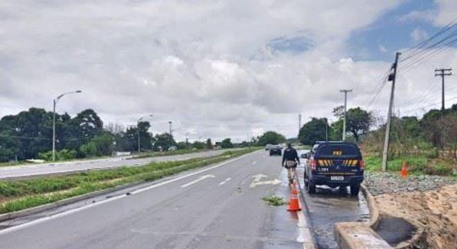 Vítima atravessava a rodovia na altura do quilômetro 53,9 quando foi atingida por veículo. Motorista se apresentou à PRF e fez teste do bafômetro.