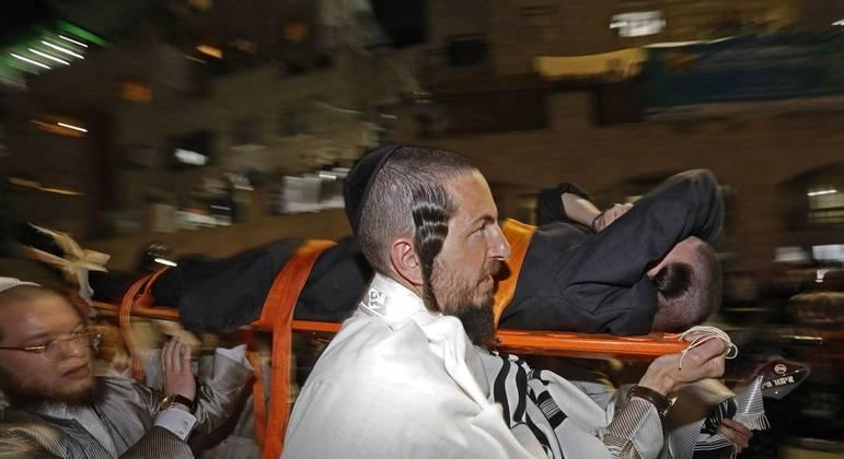 Vítimas são socorridas após arquibancada desabar em sinagoga próxima a Jerusalém