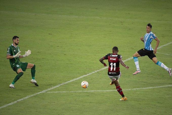 O especialista em perder gols, Vitinho. Ceni errou em escalar e manter o atacante
