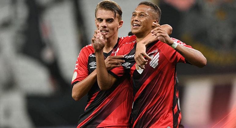 Vitinho marca o gol de empate. Mancini atraiu o Athletico para a área corintiana