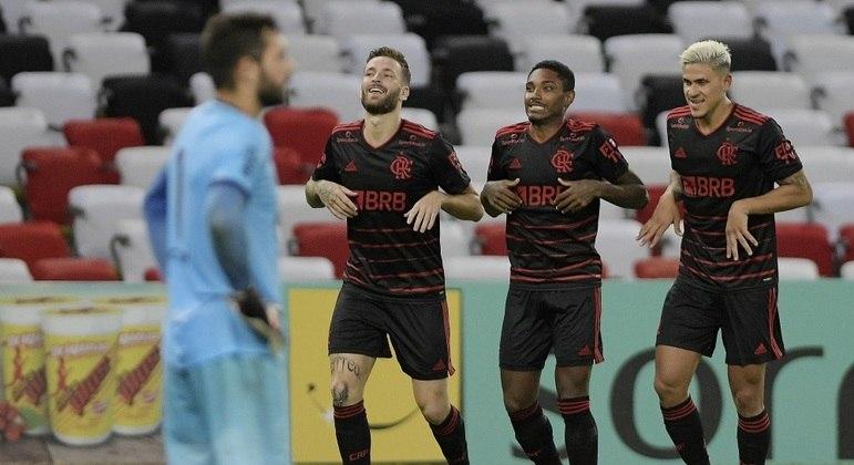 Vitinho comemora golaço do Flamengo ao lado de Léo Pereira e Pedro