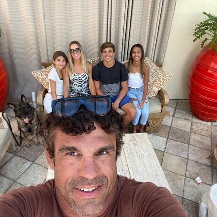 Belfort, Joana Prado e os seus três filhos, Davi, Vitória e Kyara, moram nos Estados Unidos. Lá, a ex-modelo virou empresária e juntos eles cuidam de uma academia