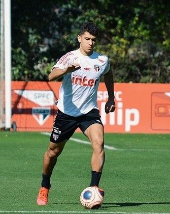 Vitor Bueno, contratado em definitivo no início da temporada, durante movimentação com bola no gramado.
