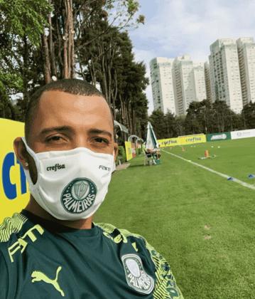 """Vitor Hugo pode atuar na quarta-feira. Em suas redes sociais, publicou fotos com a família, treinos em casa, """"TBTs"""", campanhas e brincadeiras no TikTok"""