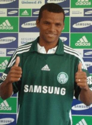 Vitor: o lateral-direito se destacou no Goiás, onde venceu dois Campeonatos Goianos (2006 e 2009) e o prêmio individual de melhor na posição em 2008. Contratado pelo Palmeiras em 2010, não deslanchou.