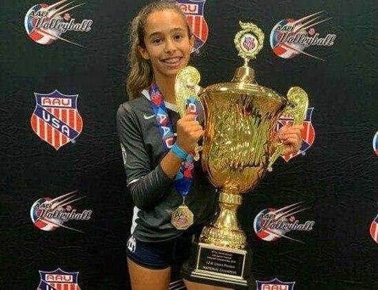 Em uma das publicações, Vitória aparece segurando o troféu que conquistou no campeonato de vôlei feminino sub-16