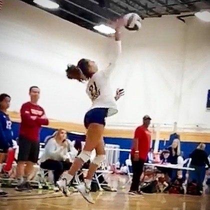 Ela é ponteira no Tribe Volleyball Club, na Flórida, nos Estados Unidos. Tem 1,73 metros de altura e coleciona diversos títulos