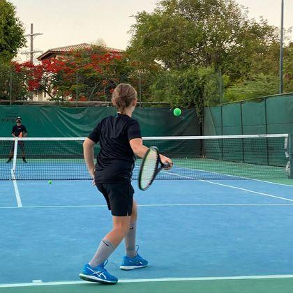 Em um clube onde é sócio em São Paulo, Vittorio curte o tênis em quadra rápida
