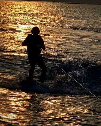 O wakeboard é outra modalidade que Vittorio pratica. O esporte é feitocom uma prancha tipo snowboard,puxado por uma lancha ou sistema de cabos