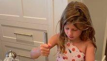 Gisele Bündchen mostra filha cozinhando e brinca: 'Mini chef'