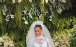 Viviane Araújo usou um vestido com 40 mil cristaise 26 metros de renda na festa de casamento com Guilherme Militão, que aconteceu na sexta-feira (3), no Rio de Janeiro. A peça é avaliada em R$ 80 mil