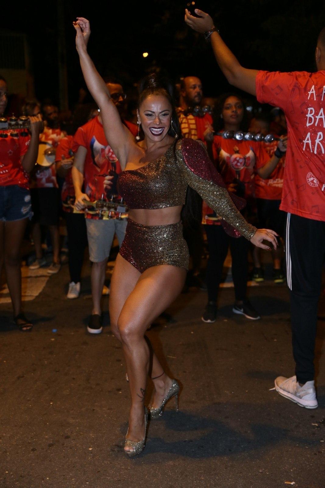 fe5fbebd3 ... Viviane Araújo já está mais do que pronta para o Carnaval 2019! A  Rainha de; De pernas e barriguinha de fora ...