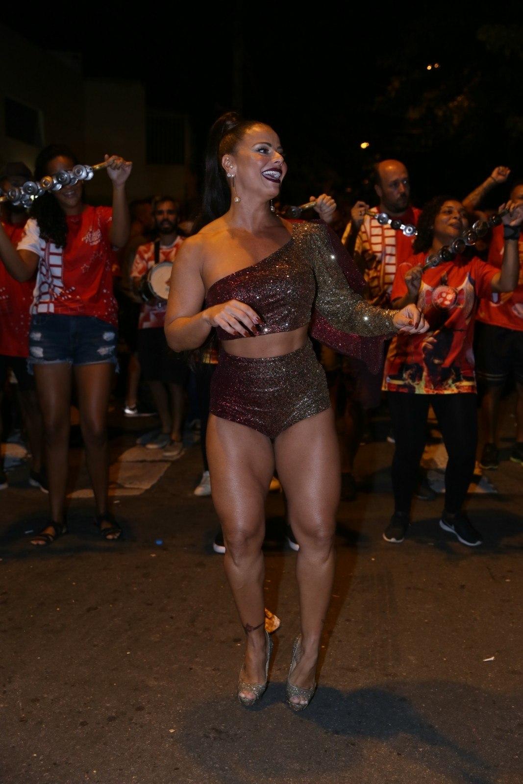 2a77ec024 A Rainha de; De pernas e barriguinha de fora, a atriz mostrou que está em  plena forma física ...