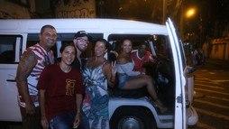Rainha de bateria, Viviane Araújo chega de kombi a ensaio da Salgueiro ()