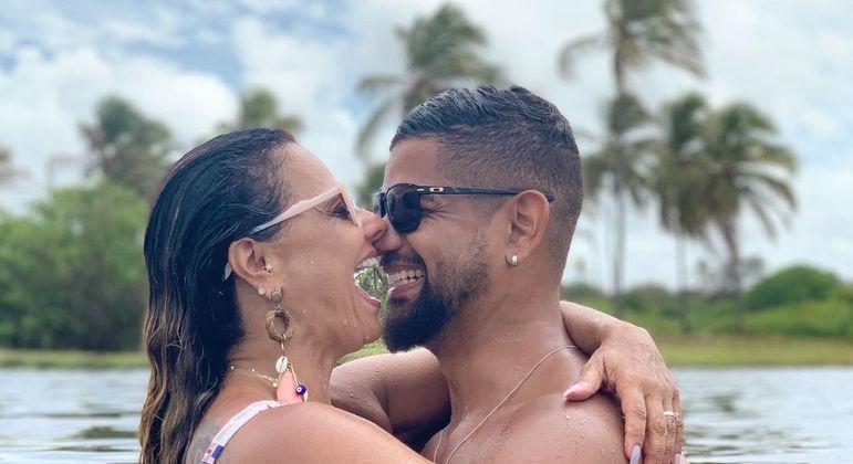 Horas antes do casamento, Viviane Araújo se declara a Guilherme Militão