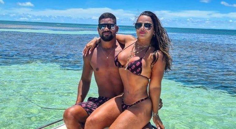 Viviane Araújo e Guilherme Militão durante passeio de barco na Bahia
