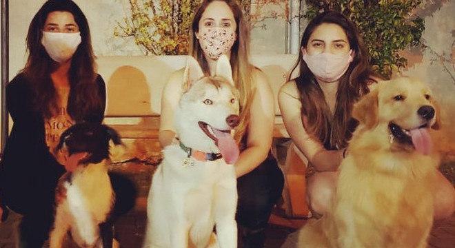 Camila (dir.) e Juliana (meio) se conheceram durante a pandemia