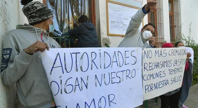 Vizinhos de cemitério colapsado protestam em Cochamba, na Bolívia