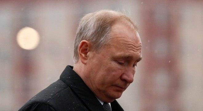 Por semanas, Putin foi filmado em sua residência comandando reuniões por video