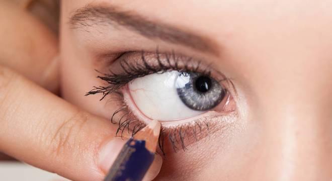 Você precisa de um lápis branco para iluminar e destacar o olhar