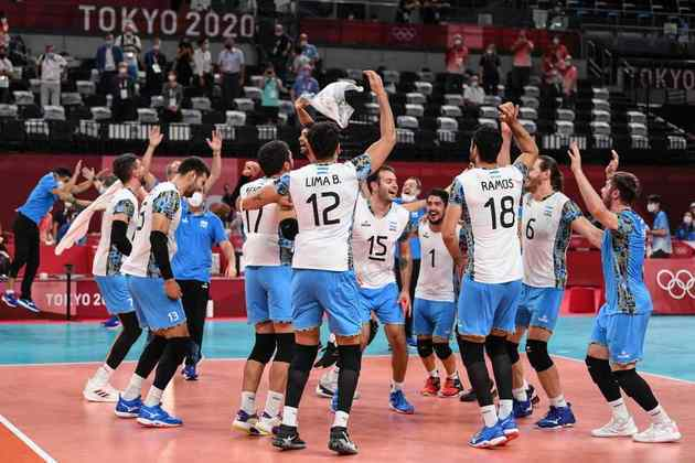 VÔLEI - A Argentina surpreendeu e eliminou a Itália, por 3 sets a 2 (com parciais de 21-25, 25-23, 25-22, 13-25 e 15-12), nas quartas de final do vôlei masculino. Na semifinal, os argentinos enfrentarão a França, que eliminou a Polônia por 3 sets a 2.