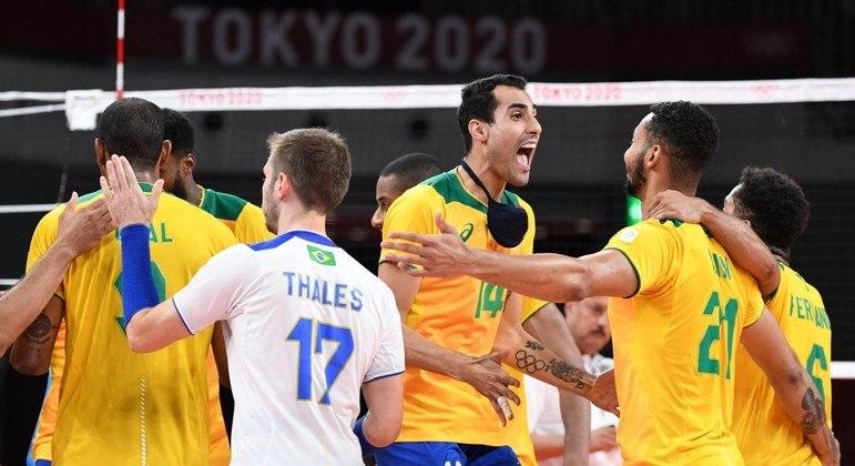 O ponteiro Douglas Souza comemora a vitória brasileira sobre os rivais sul-americanos