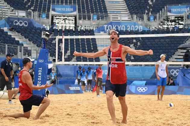 VÔLEI DE PRAIA - A dupla norueguesa Mol e Sorum derrotou a dupla russa Krasilnikov e Stoyanovskiy por 2 sets a 0 e conquistou a medalha de ouro no vôlei de praia.