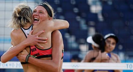 Agatha e Duda (ao fundo) foram eliminadas por dupla da Alemanha