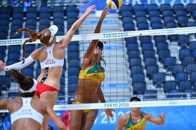 VÔLEI DE PRAIA - Ana Patrícia e Rebecca foram derrotadas por 2 sets a 1, de virada, pelas norte-americanas Claes e Sponcil - parciais de 17-21, 21-19, 15-1 -, na noite desta sexta-feira, na Shiokaze Park, em partida válida pela terceira e última rodada da fase classificatória do Grupo D do torneio feminino de vôlei de praia. As brasileiras avançaram à próxima fase.