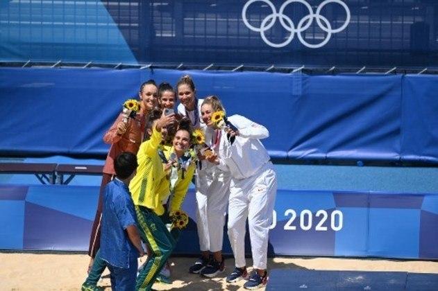 VÔLEI DE PRAIA - As americanas April Ross e Alix Klineman derrotaram as australianas Mariafe Artacho e Taliqua Clancy por 2 sets a 0 – parciais de 21-15 e 21-16 -, no Shiokaze Park, e ficaram com a medalha de ouro no torneio feminino de vôlei de praia dos Jogos Olímpicos de Tóquio. Na disputa pelo bronze, as suíças Vergé-Depré e Heidrich superaram Graudina e Kravcenoka, da Letônia, por 2 a 0 – parciais de 21-19, 21-15.