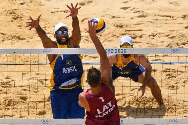 VÔLEI DE PRAIA - Bruno Schmidt e Evandro deram adeus aos Jogos Olímpicos de Tóquio nas oitavas de final do vôlei de praia. A dupla brasileira foi derrotada pela dupla Martins Plavins e Edgars Tocs, da Letônia, após perder por 2 sets a 0 (com parciais de 21-19 e 21-18).