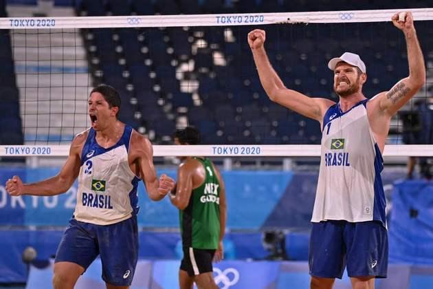 VÔLEI DE PRAIA - Já a dupla Alison e Alvaro continua na disputa pela medalha. Os brasileiros venceram os mexicanos Gaxiola e Rubio por 2 sets a 0 (com parciais de 21-14 e 21-13) e avançaram às quartas de final.