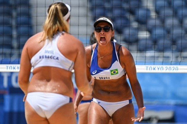 VÔLEI DE PRAIA - O Brasil já tem uma dupla garantida nas quartas de final do torneio feminino de vôlei de praia nos Jogos Olímpicos de Tóquio. Na noite deste sábado, Ana Patrícia e Rebecca venceram as chinesas Wang/Xia por 2 sets a 0, parciais de 21-14 e 23-21. Já Agatha e Duda foram eliminadas nas oitavas contra as alemãs Ludwig e Kozuch por 2 sets a 1
