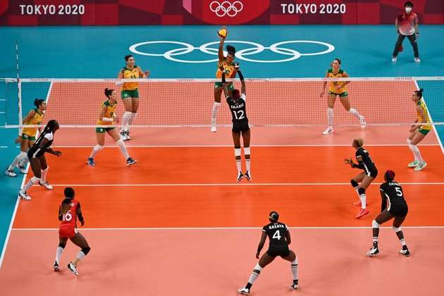 VÔLEI FEMININO - Em ritmo de treino, o Brasil venceu a Quênia por 3 sets a 0 (com parciais de 25-10, 25-16 e 25-8) e se classificou às quartas de final do vôlei feminino. O Brasil liderou o Grupo A com cinco vitórias em cinco jogos.