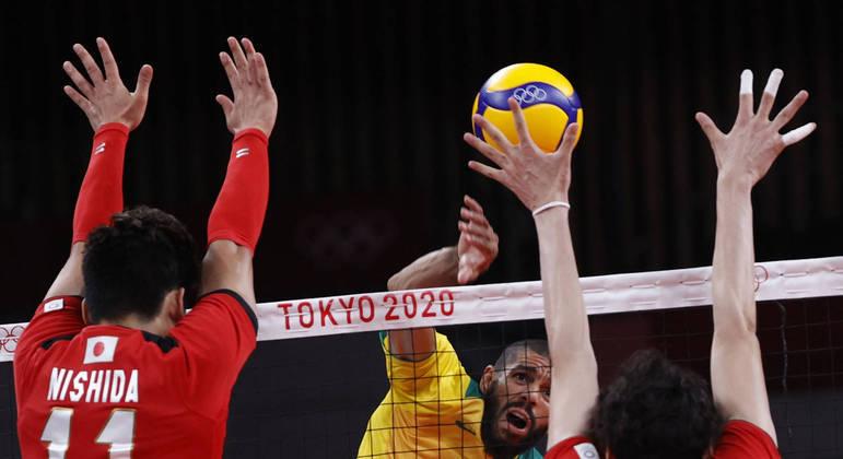 Wallace ataca bola na vitória do Brasil sobre o Japão