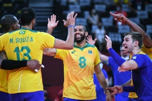 VÔLEI - O Brasil está na semifinal do vôlei masculino. A Seleção Brasileira atropelou o Japão por 3 sets a 0 (com parciais de 25-20, 25-22 e 25-20) e se garantiu pelo menos na disputa pela medalha de bronze. O adversário na semi será o Comitê Olímpico da Rússia, que bateu o Canadá por 3 a 0.