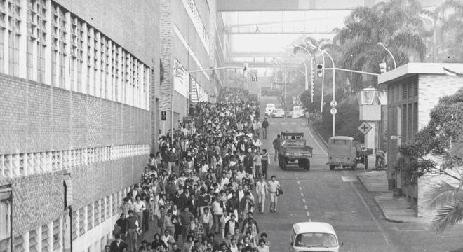 Metalúrgicos da Volkswagen do Brasil durante greve em São Bernardo na década de 70