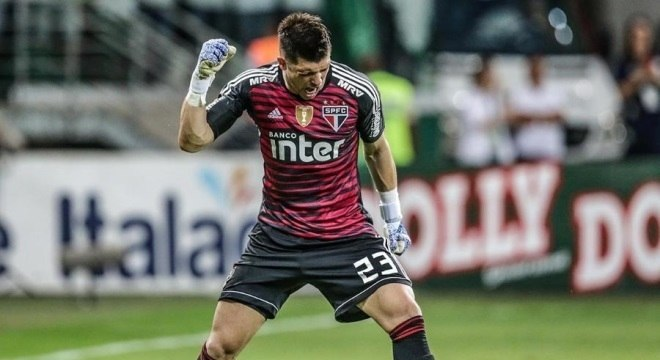 Tiago Volpi comemora classificação do São Paulo em pleno Allianz Parque