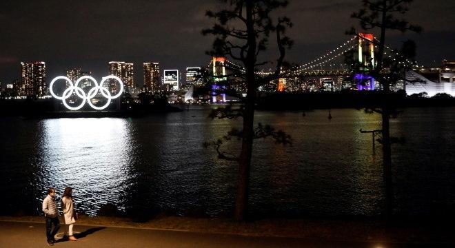 Monumento dos Anéis Olímpicos foi acesso nesta terça-feira, em Tóquio