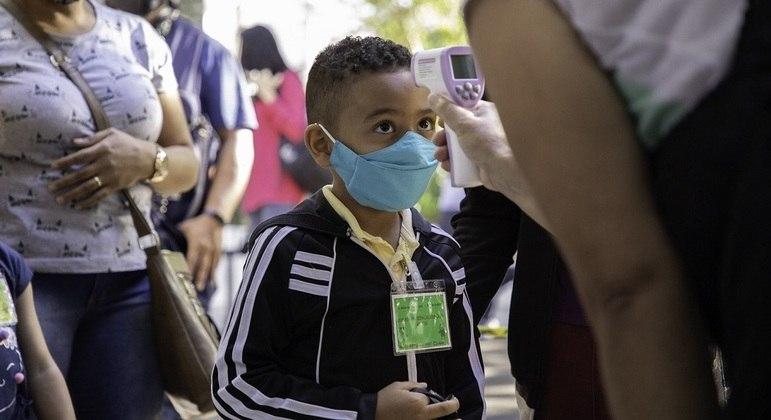 Criança não deve ir à escola se tiver febre, orienta infectologista