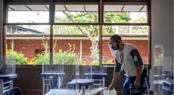 Colégio Santa Maria, que montou carteiras com proteção de acrílico, passa por higienização